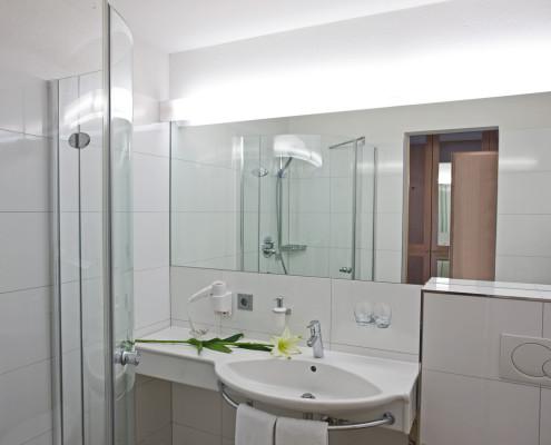 Das Badezimmer mit großer Dusche