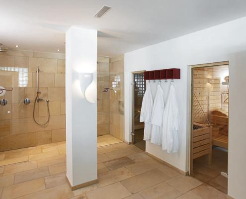 Ein moderner Wellnessbereich mit großzügigen Duschen