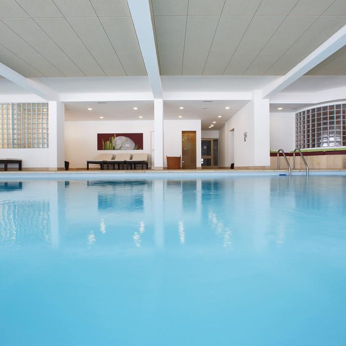 Der hauseigene Pool lädt im Sommer wie im Winter zum Schwimmen ein